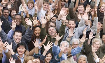 4 De Fevereiro é O Dia Mundial Do Câncer. A Imagem Contém Uma Foto De Vários Pessoas Juntas Com As Mãos Levantas, Em Alegria.