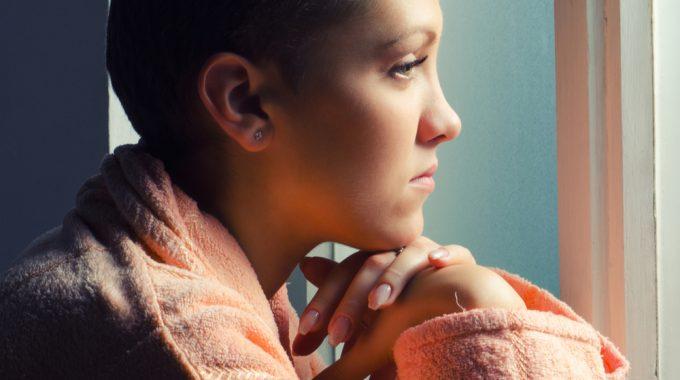 Imagem De Perfil De Uma Mulher Com Câncer Com O Olhar Voltado à Uma Janela