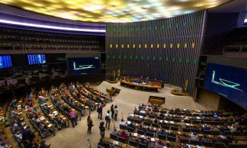 Imagem Interna Da Câmara Dos Deputados Brasileira, Cadeiras Estão Dispostas Em Direção à Mesa Principal