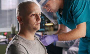Imagem De Um Paciente Oncológico Sendo Vacinado Por Um Profissional Da Saúde, Em Representação Aos Pacientes Com Câncer Que Já Podem Ser Vacinados Contra O COVID-19