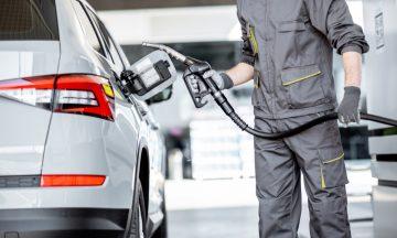 Imagem De Um Trabalhador Em Um Posto De Gasolina Prestes A Encher O Tanque De Um Carro, Em Representação Aos Agentes Cancerígenos Presentes Nesse Ambiente De Trabalho