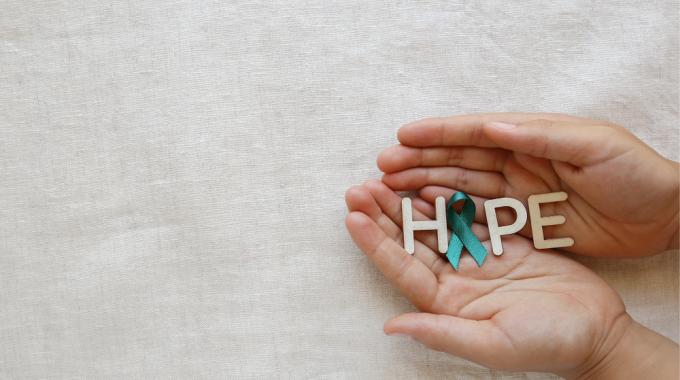 Mãos Segurando A Palavra Esperança