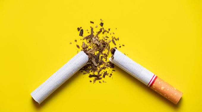 Imagem De Um Cigarro Rasgado Ao Meio Em Uma Superfície Plano, Em Representação Ao Dia Mundial Sem Tabaco