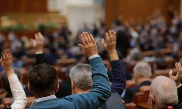 Imagem De Pessoas De Costas Sentadas Em Cadeiras Levantando A Mão