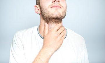 Imagem De Um Homem Com A Mão No Pescoço