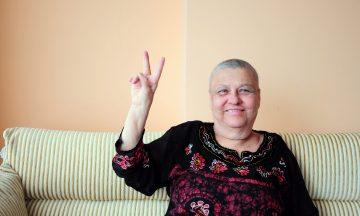 Imagem De Uma Mulher Com Os Dois Dedos Levantados Em Sinal De Vitória