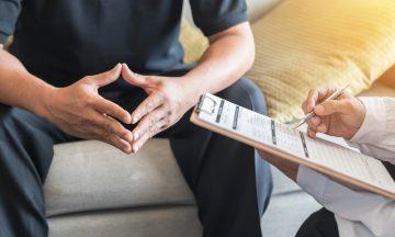 Imagem De Um Paciente Sendo Atendimento Por Um Médico Na Consulta