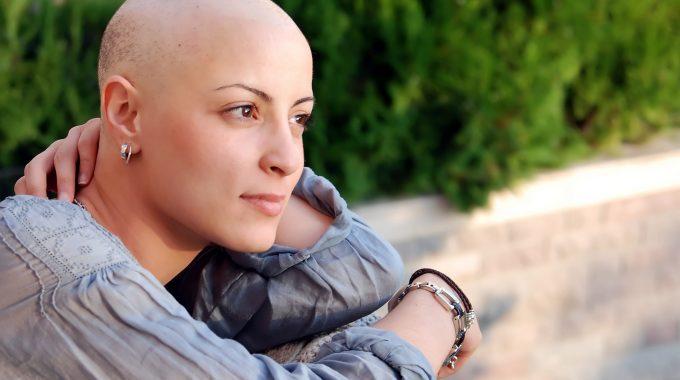 Imagem De Uma Mulher Sem Cabelos Sorrindo E Olhando Para A Paisagem