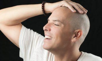 Homem Com Câncer Sorrindo Com As Mãos Na Cebeça