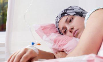 Imagem De Uma Mulher Com Lenço Na Cabeça, Deitada Em Uma Cama