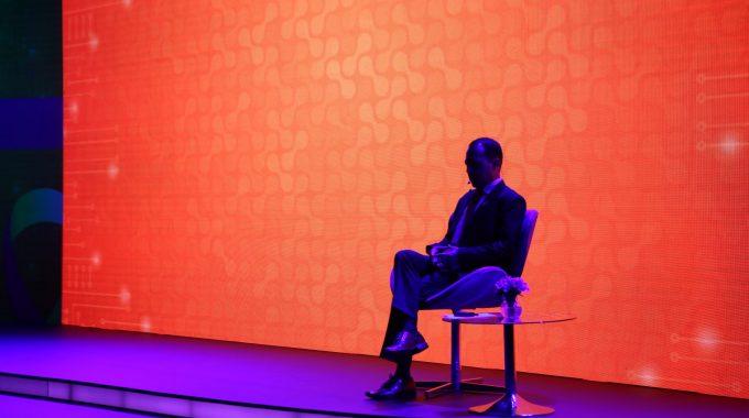 Imagem Do Palestrante Do Congresso Sentado Em Uma Cadeira Em Penumbra