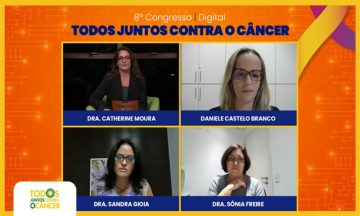 Imagem Das Palestrantes Do Painel Labirintos Da Saúde, Entre Elas Dra. Sandra Gioia, No Debate Ao Vivo E Ao Fundo O Nome Do Congresso Todos Juntos Contra O Câncer
