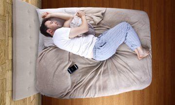 Imagem De Um Homem Deitado Na Cama