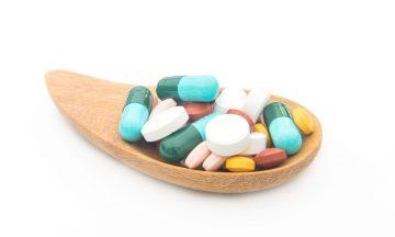 Imagem De Um Suporte De Madeira Segurando Várias Pílulas Orais